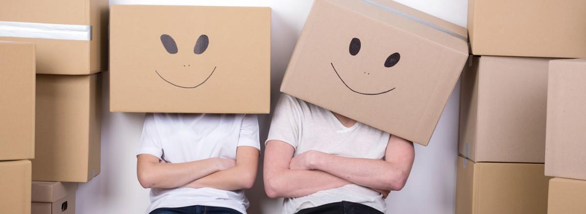 pareja con cajas cabeza